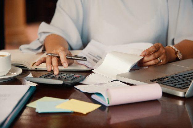 emprendedor trabajando facturas